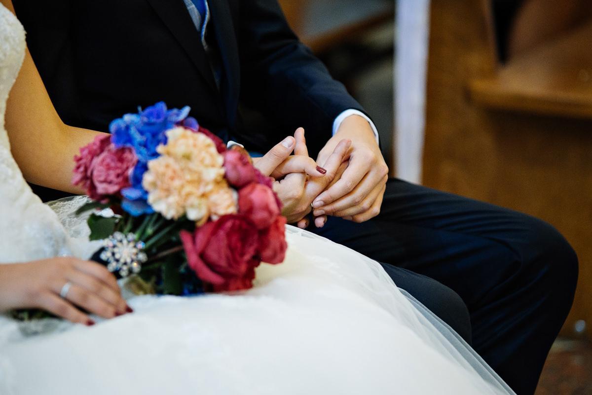 tomasz knapik, tomasz knapik pictures, fotograf nawesele, fotograf warszawa, fotograf ślubny, ślub nagłowie, kościół, ceremonia, bukiet, detale