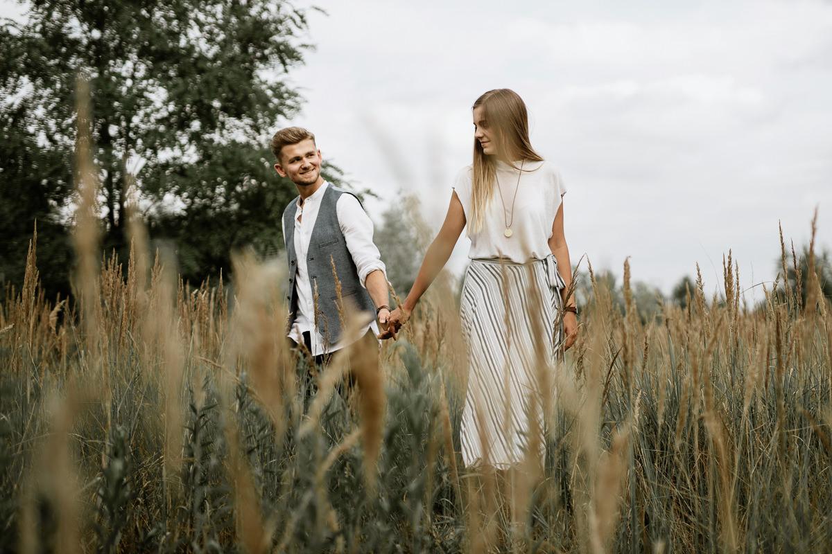 zakochani, łąka, sesja jesienna